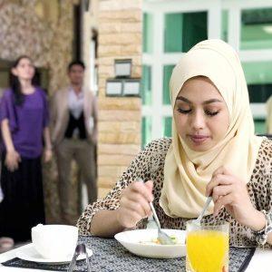 Gadis Bertudung Sedang Makan