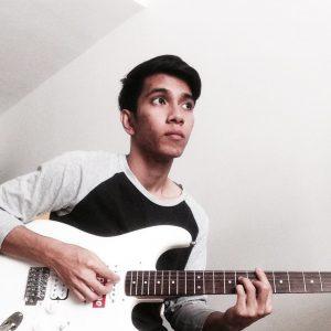 Naim Daniel Bermain Gitar