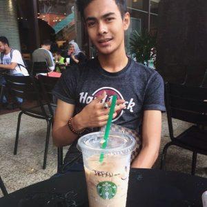 Alieff Irfan Minum Starbucks