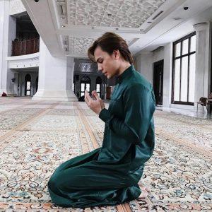 Ikmal Amry Tengah Berdoa