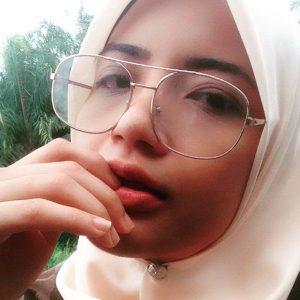 Bertudung Dan Berkacamata Shuhanty Hanafiah