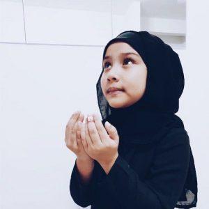 Ku Zara Eryna Bertudung Kanak Kanak Berdoa