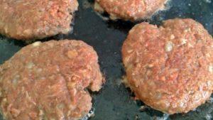 Memasak Daging Burger