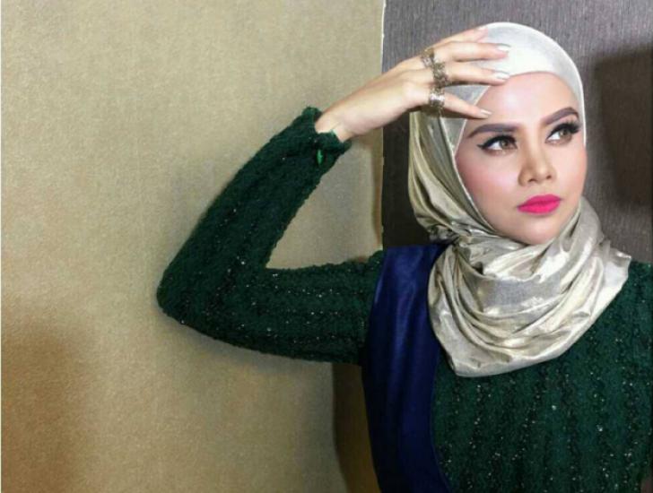 Permalink to Biodata Alyah, Penyanyi Wanita Bersuara Emas